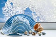 夏天帽子,在天空背景的贝壳  免版税图库摄影