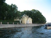 夏天庭院和咖啡馆河喷泉的 免版税图库摄影
