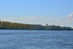夏天庭院和Dvortzovaya堤防在圣彼德堡,俄罗斯 免版税图库摄影
