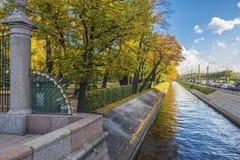 夏天庭院在圣彼德堡 免版税库存照片