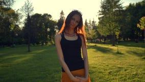 夏天微笑户外在公园的妇女画象 红发的姜 股票视频