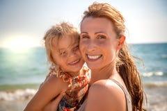 夏天微笑海滩家庭 图库摄影