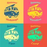 夏天徽章 有一个冲浪板的公共汽车在屋顶 库存照片