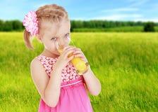 夏天心情一个小女孩 库存照片