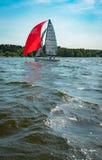 夏天心情:反对蓝天的白色风帆 库存照片