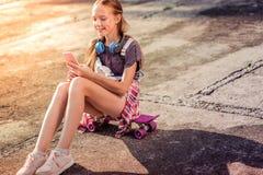 夏天成套装备佩带的运动鞋的快乐的悦目女孩 库存照片