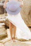 夏天成套装备的俏丽的夫人在海滩 库存照片