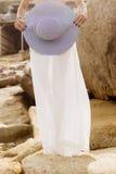 夏天成套装备的俏丽的夫人在海滩 库存图片