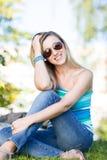 夏天成套装备的美丽的妇女 图库摄影