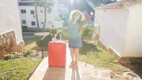 夏天摆在带着手提箱的少妇生活方式画象在手段附近 股票录像