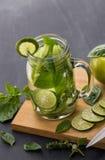 夏天新鲜水果饮料 与石灰, ap的水果味道的水混合 库存图片