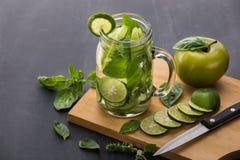 夏天新鲜水果饮料 与石灰, ap的水果味道的水混合 免版税库存图片