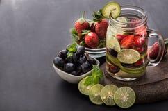 夏天新鲜水果饮料 与strawber的水果味道的水混合 免版税库存照片