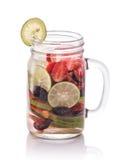 夏天新鲜水果饮料 与strawber的水果味道的水混合 免版税图库摄影