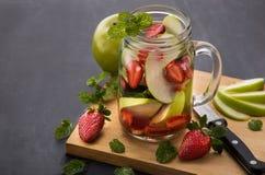 夏天新鲜水果饮料 与strawber的水果味道的水混合 库存图片