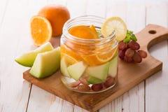 夏天新鲜水果饮料 水果味道的水混合用桔子, 免版税库存图片