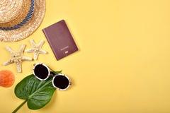 夏天旅行与拷贝空间,旅行辅助部件的精华准备 库存照片