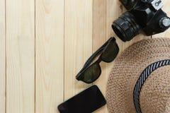 夏天旅行设备、人的帽子、照相机和太阳镜在木头 库存图片