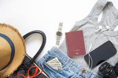 夏天旅行项目和辅助部件女孩的有移动设备的 免版税库存照片