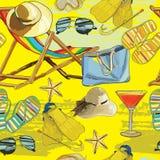 夏天无缝的样式,在沙子的可躺式椅与帽子, sunglass 免版税库存图片