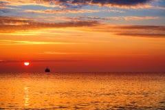 夏天日出和美好的cloudscape在海 免版税库存照片