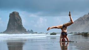 夏天日出在美丽的Playa de La Tejita海滩的瑜伽会议有在大西洋和蓬塔摇滚的罗亚的看法 股票视频