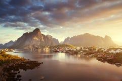 夏天日出,雷讷村庄, Lofoten海岛 库存图片