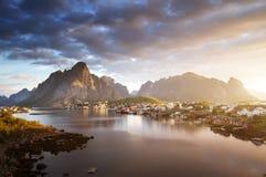 夏天日出,雷讷村庄, Lofoten海岛 图库摄影