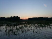夏天日落在从Istra湖的莫斯科地区 免版税库存图片