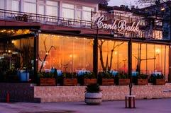 夏天日落的镇餐馆 免版税图库摄影