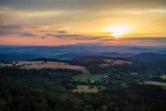 夏天日落风景绿色森林和山 免版税库存图片