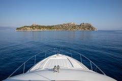 夏天早晨美好的海景在离Agistri海岛的附近,萨龙湾,希腊海岸  免版税库存图片