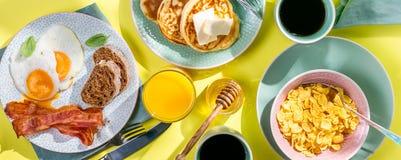 夏天早餐-鸡蛋,烟肉,薄煎饼,谷物 免版税库存图片