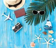 夏天时尚妇女大帽子和辅助部件在海滩 热带的海运 异常的顶视图, colorfull背景 库存图片