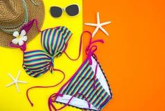 夏天时尚妇女泳装比基尼泳装 热带的海运 异常的顶视图,五颜六色的背景 免版税库存照片