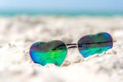 夏天时尚热在海的形状太阳镜靠岸在清楚的蓝天下 暑假放松 免版税库存图片