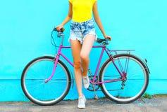 夏天时尚神色,有自行车摆在的俏丽的妇女 免版税图库摄影