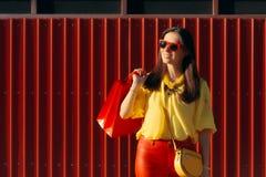 夏天时尚穿时髦服装的女售货员 免版税库存图片