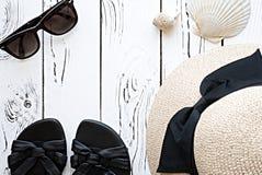 夏天时尚flatlay与太阳镜,海壳,妇女的沙子 免版税库存图片