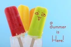 夏天是这里与明亮的颜色的概念冰淇凌 免版税库存照片