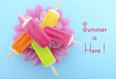 夏天是这里与明亮的颜色的概念冰淇凌 免版税库存图片