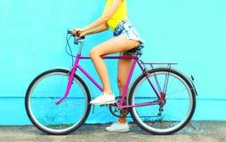 夏天有自行车的时尚妇女 库存图片
