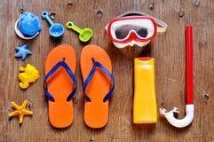 夏天材料,例如一个对轻碰fllops、潜水面具或者a 免版税库存图片