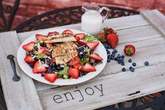 夏天果子和鸡丁沙拉 免版税库存图片