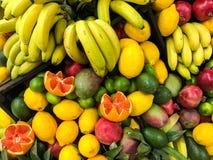 夏天果子在水果市场上 库存图片