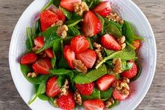 夏天果子素食主义者菠菜草莓坚果沙拉 概念健康食品 免版税库存图片