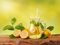 夏天柠檬饮料 免版税库存照片