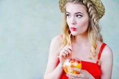夏天样式少妇饮用的柠檬水 库存图片