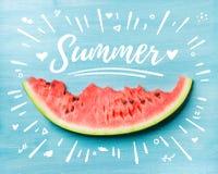 夏天概念例证 切片在土耳其玉色背景,顶视图的西瓜 免版税库存照片