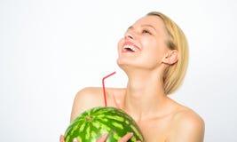 夏天概念口味  西瓜维生素饮料 女孩渴有吸引力的裸体饮料新鲜的汁液整个西瓜 免版税库存照片